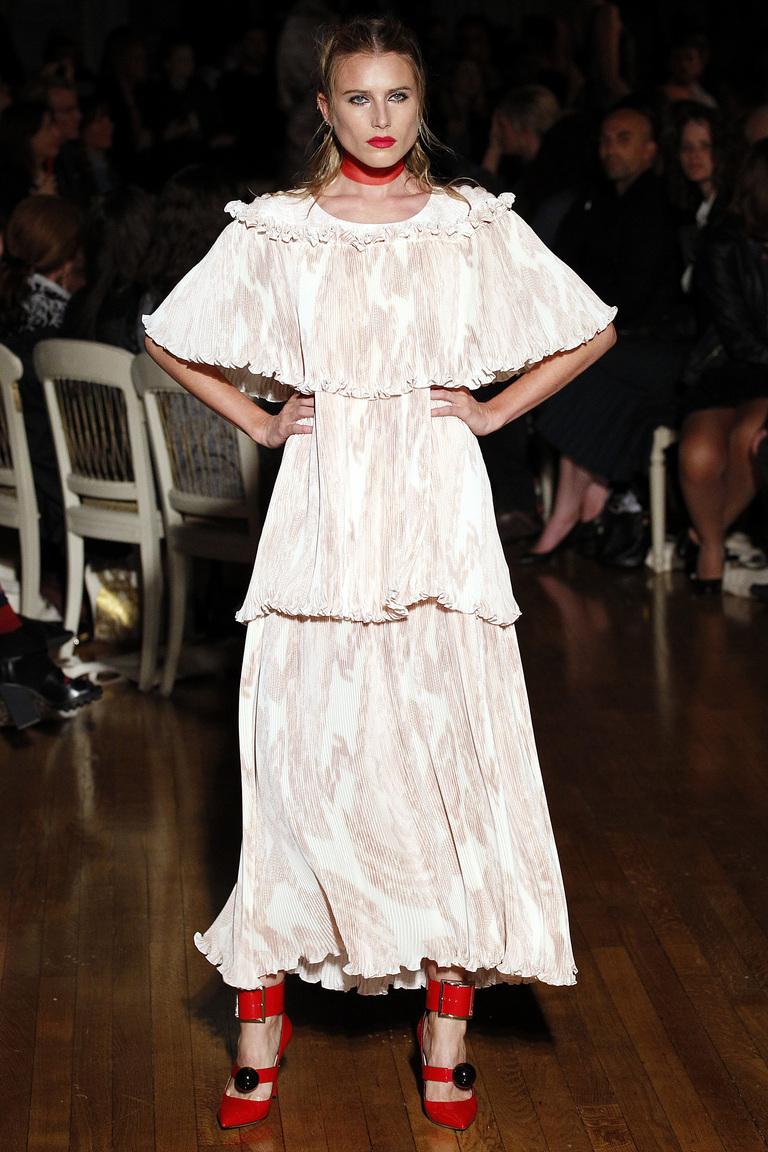 Белое длинное платье 2016 с нежно-розовым рисунком – фото новинки от Giles