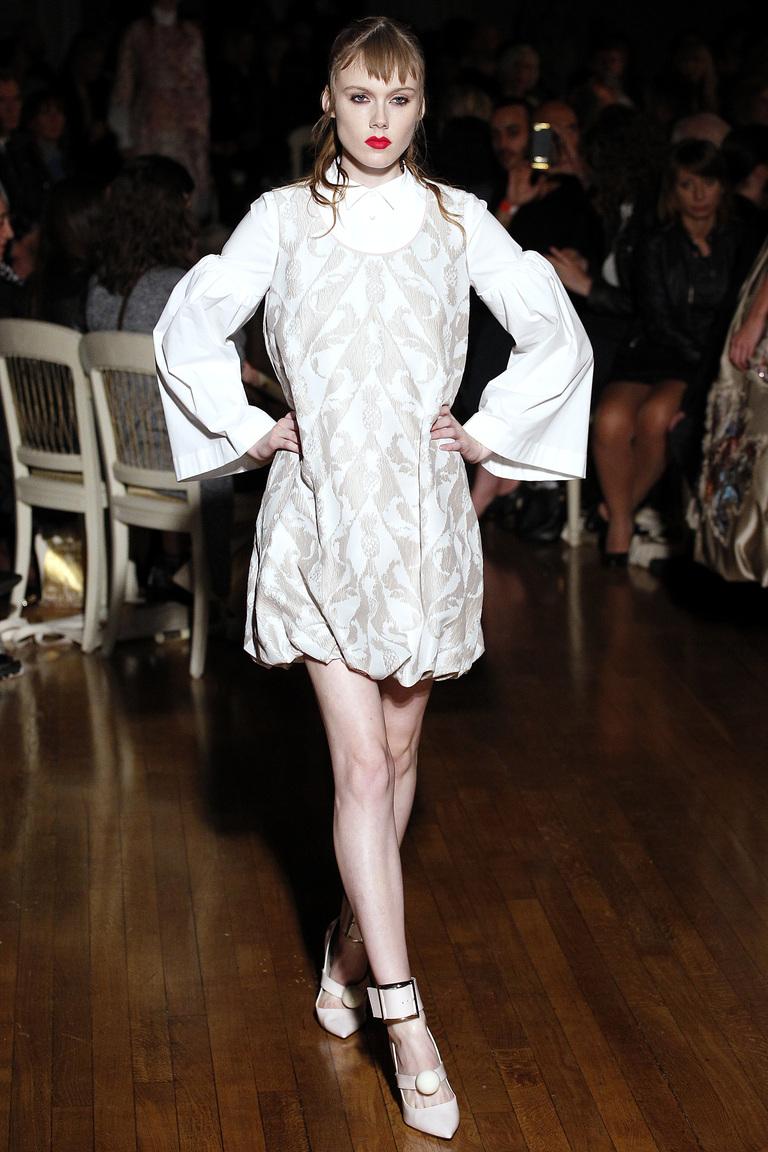 Модное белое платье 2016 года с пышными рукавами – фото новинки от Giles