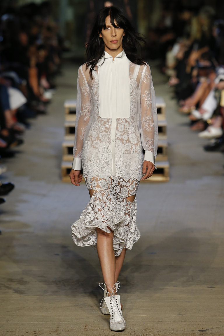 Кружевное белое платье с модными в 2016 году вырезами по бокам – фото новинка от Givenchy