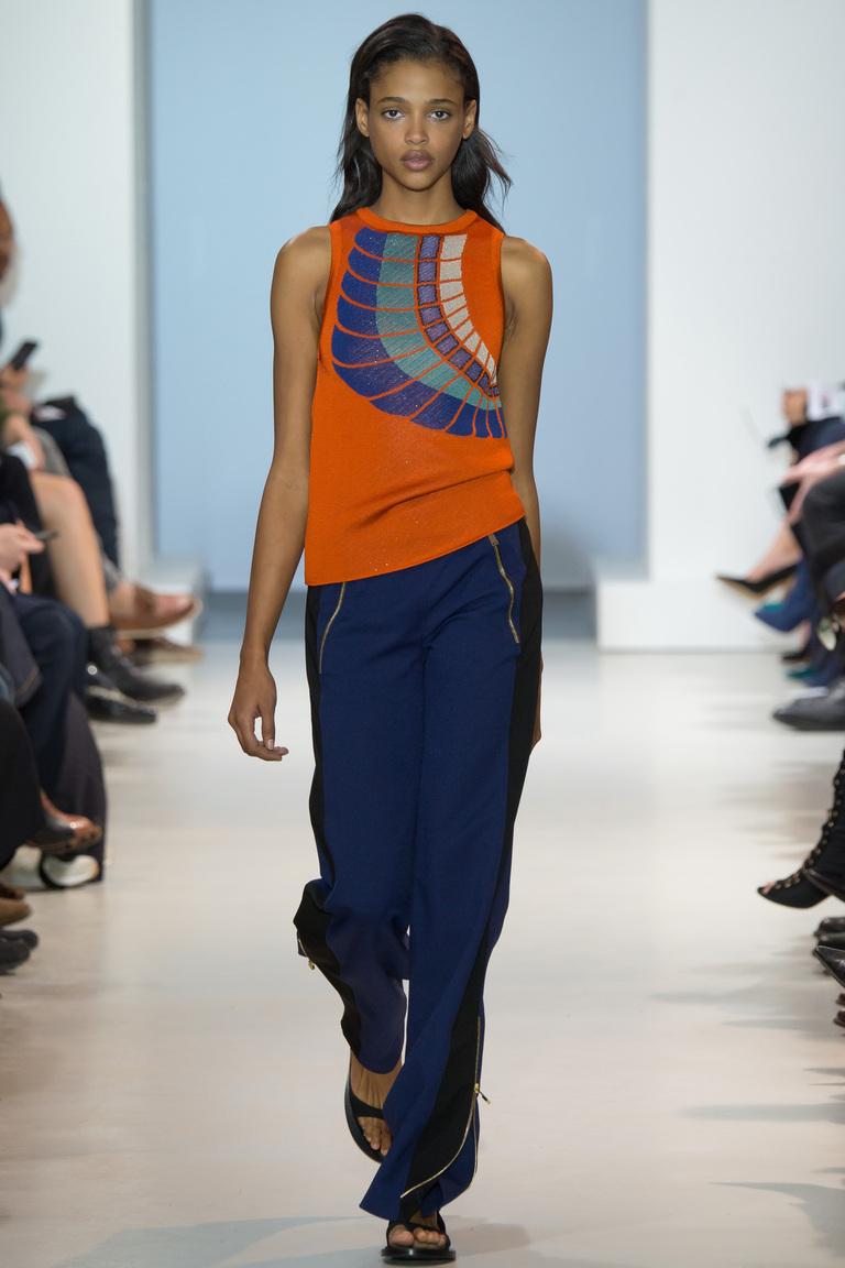 Оранжевая модная кофта 2016 с синими брюками – фото новинка от Paco Rabanne