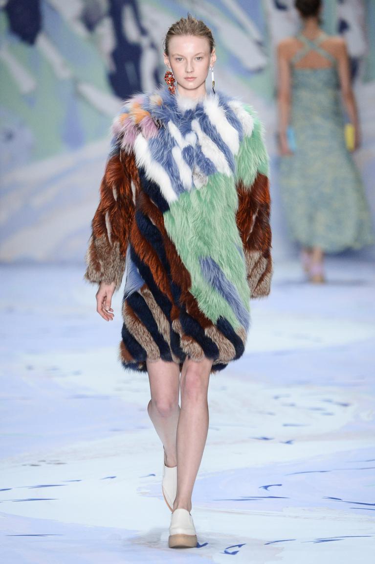 Модная короткая цветная шуба 2016 в полоску – фото новинка в коллекции Alena Akhmadullina