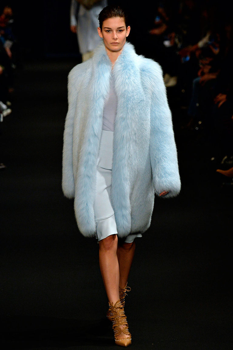 Голубая модная шуба 2016 – фото новинка от Altuzarra