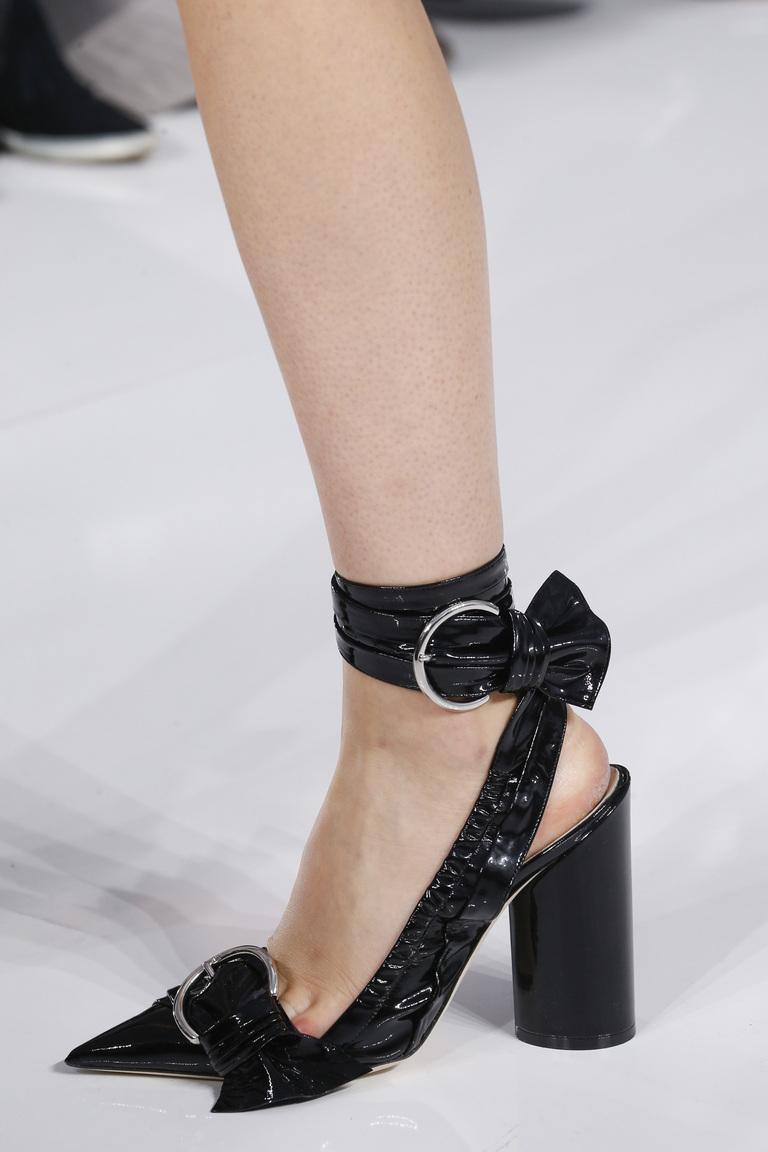 Модные туфли 2016 с острым носом и декорированные ремешками – фото новинка в коллекции Christian Dior