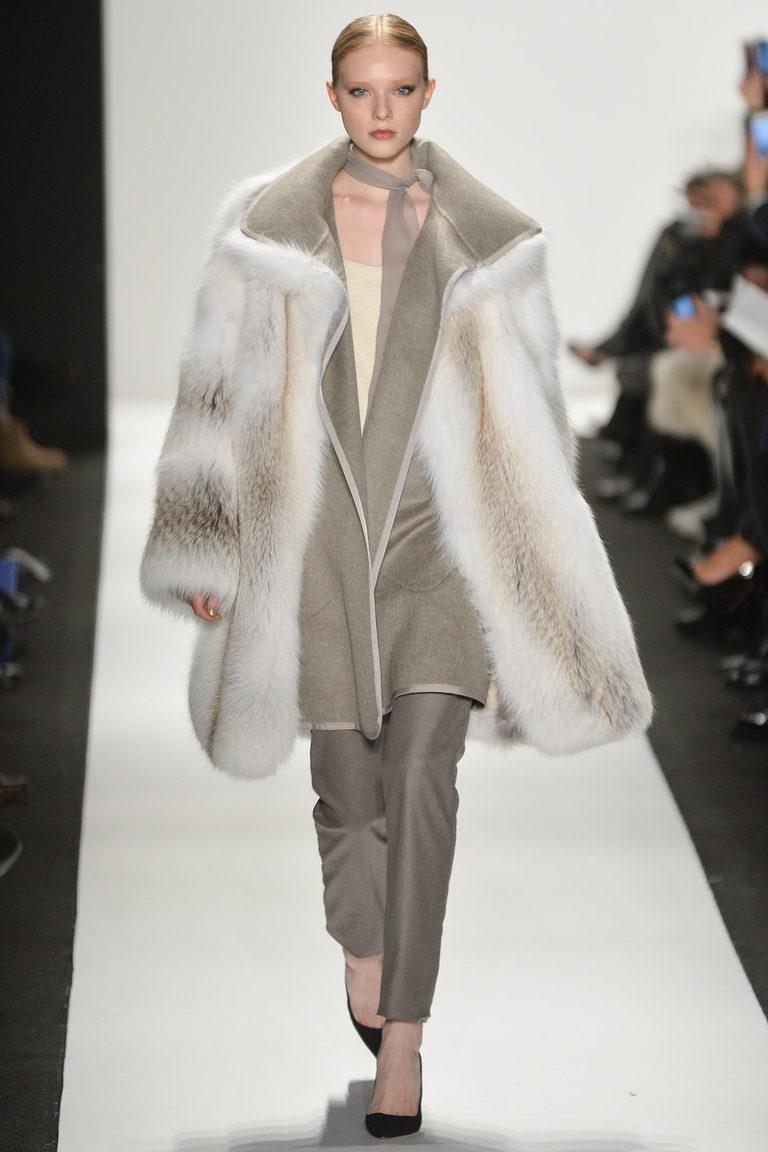 Светлая модная шуба 2016 – фото новинки в коллекции Dennis Basso