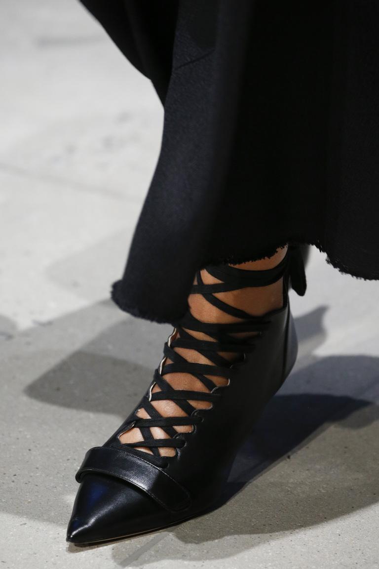 Модная обувь с ремешками – фото новинка коллекции Derek Lam