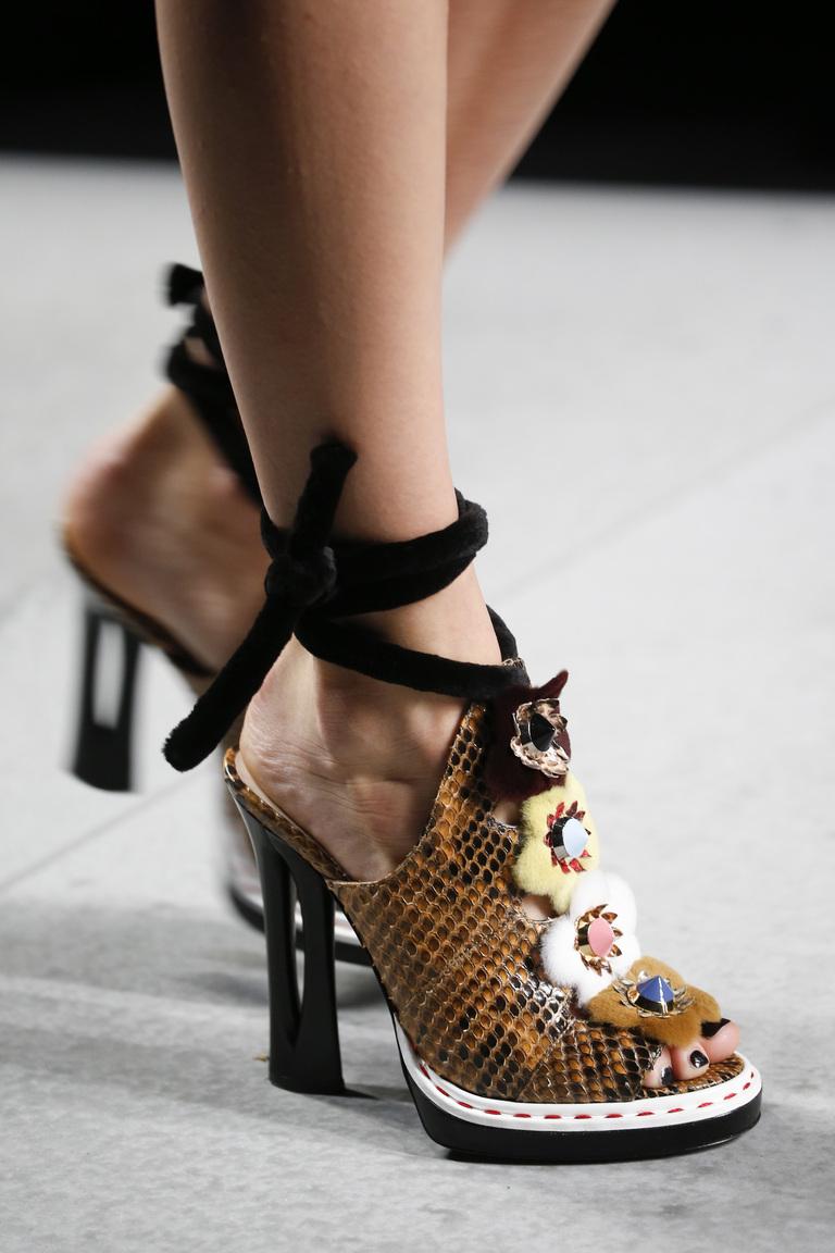 Модная обувь 2016 со змеиной кожей – фото новинки от Fendi