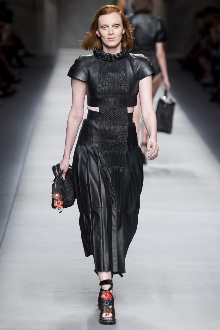 Грубоватое кожаное платье 2016 года – фото новинки от Fendi