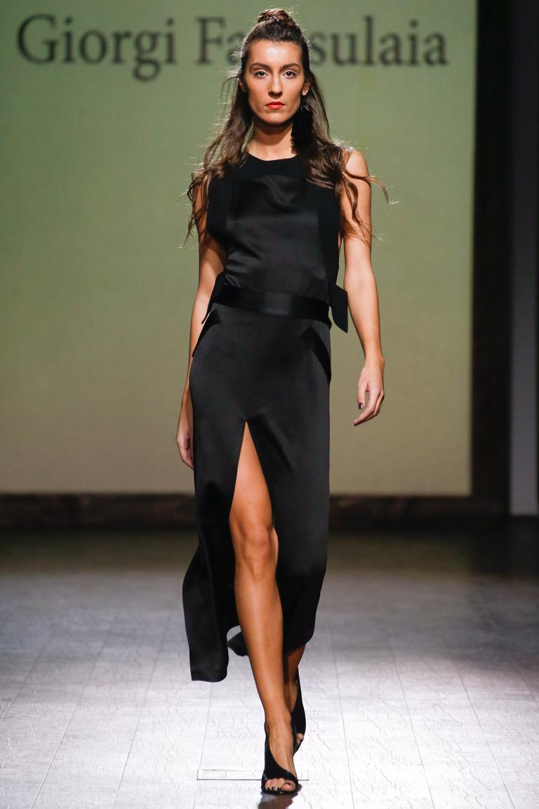 Модное черное платье 2016 года с разрезом посередине – фото новинка в коллекции George Pantsulaia