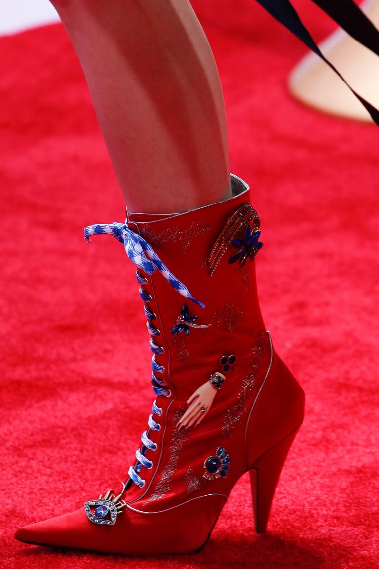 Модель модных сапог со шнуровкой и острым носом – фото новинка в коллекции модной обуви 2016 от Marc Jacobs