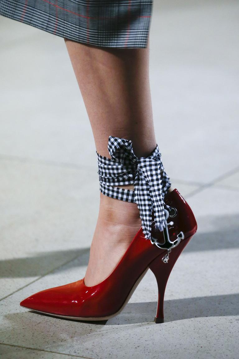 Модные красные туфли лодочки с лентами – фото новинка в коллекции Miu Miu
