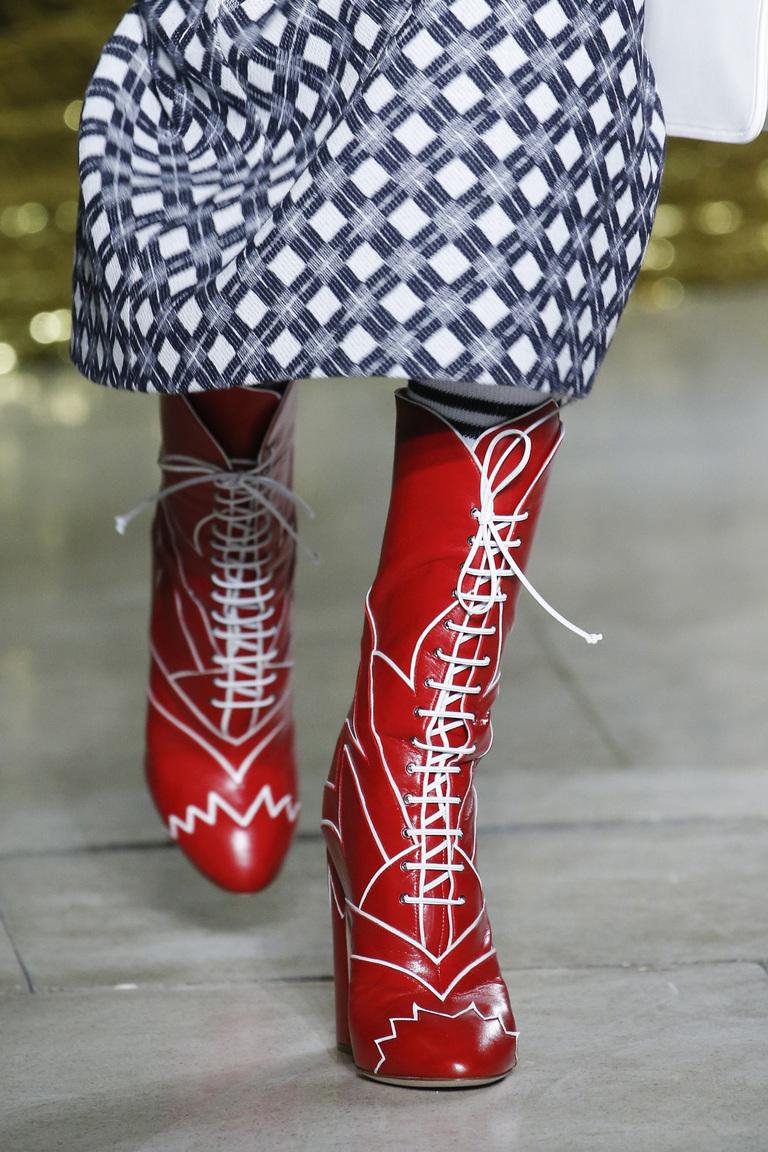 Женские красные сапоги со шнуровкой - фото новинка в коллекции Miu Miu