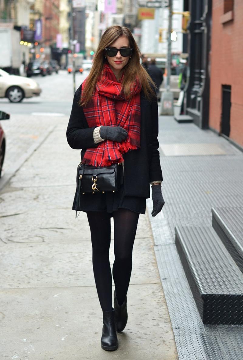 Сочетание черного пальто с шарфом