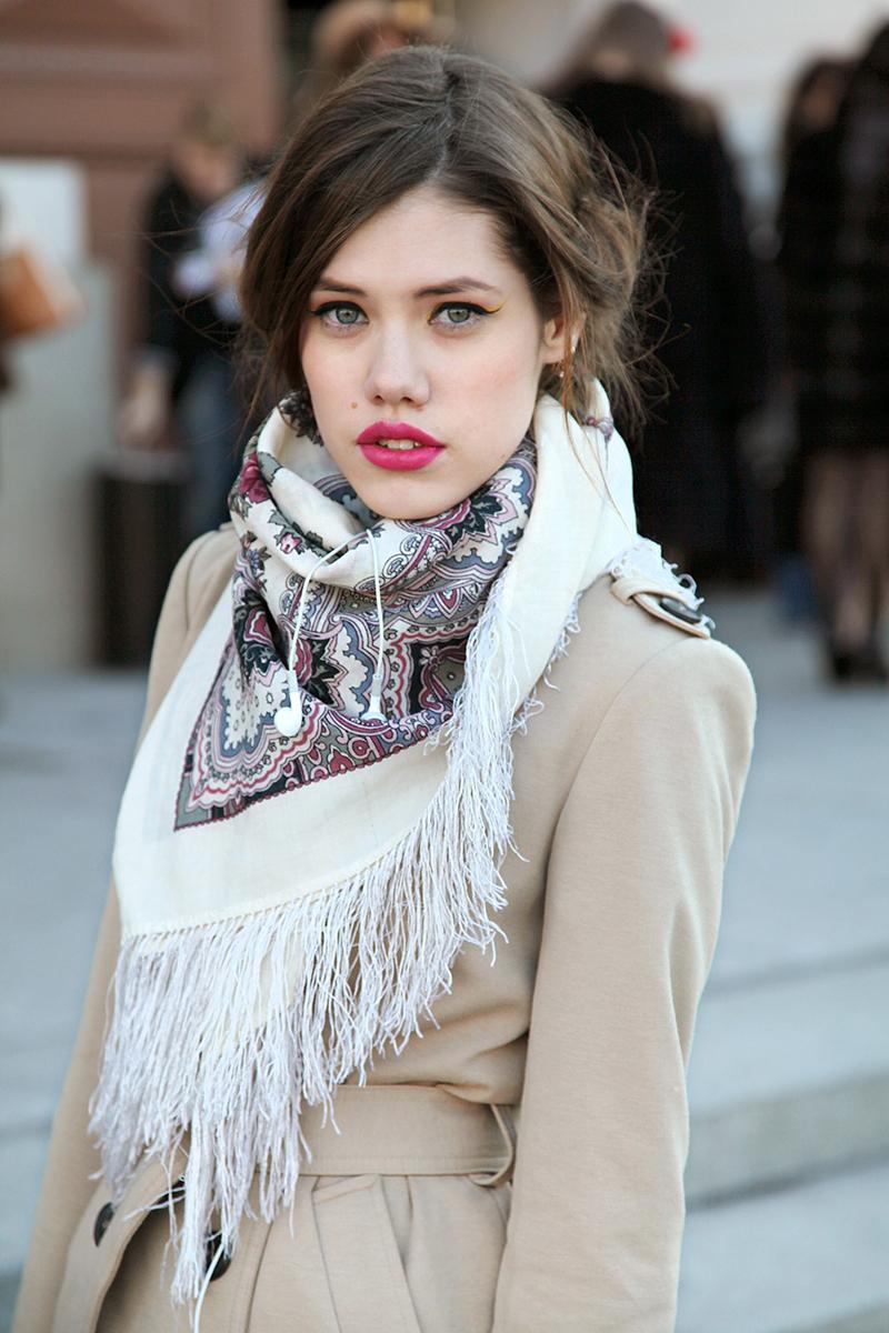 Новинка: как красиво носит шарф с пальто