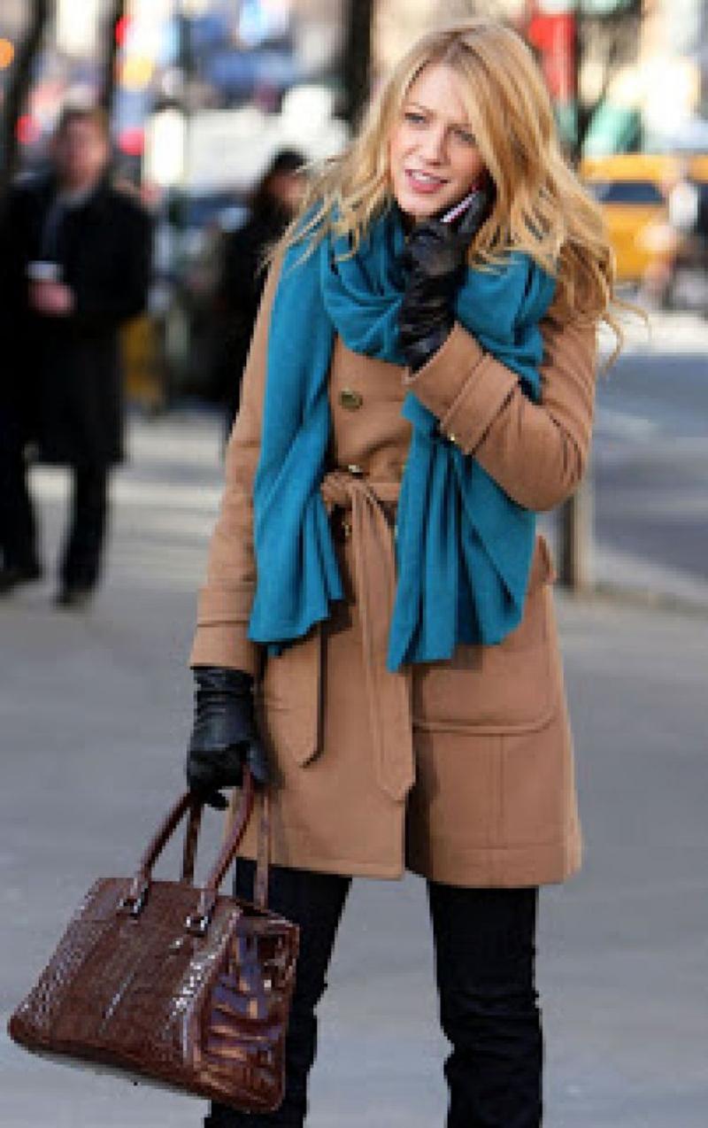 Коричневое пальто с шарфом – фото, как носить пальто
