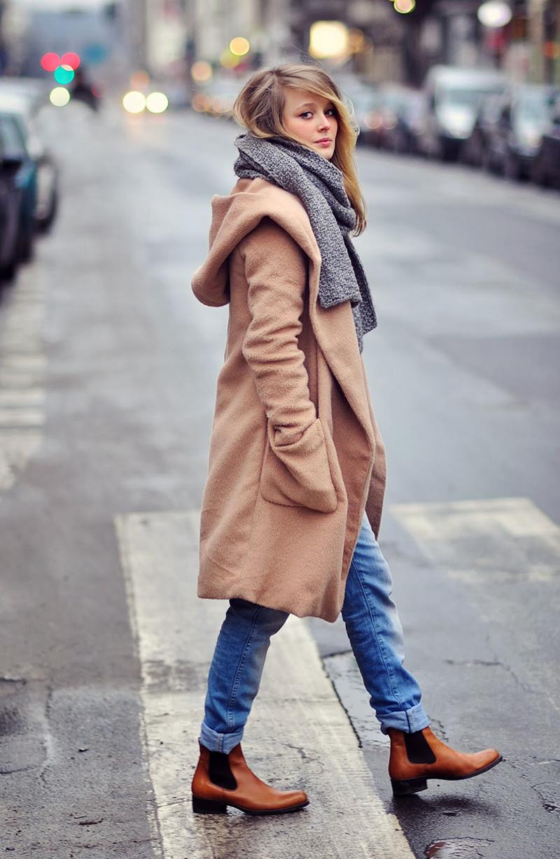 Сочетание коричневого пальто с шарфом