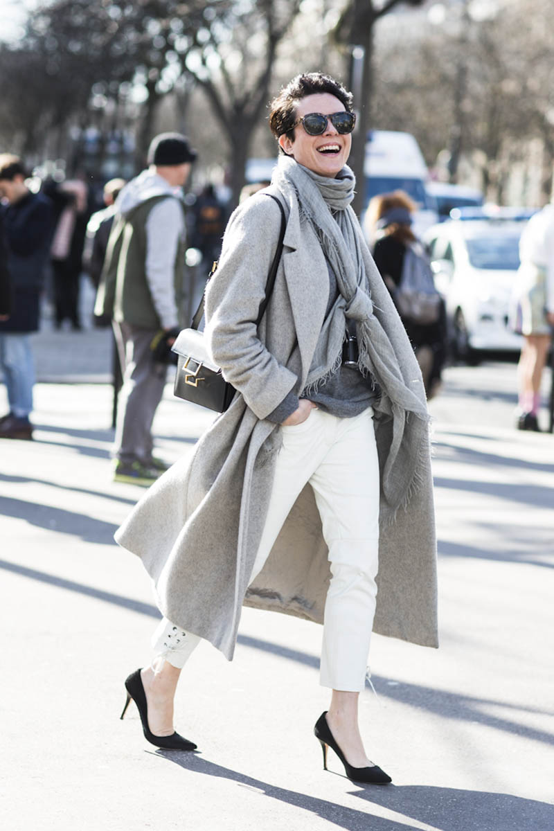 Сочетание пальто серого цвета с серым шарфом