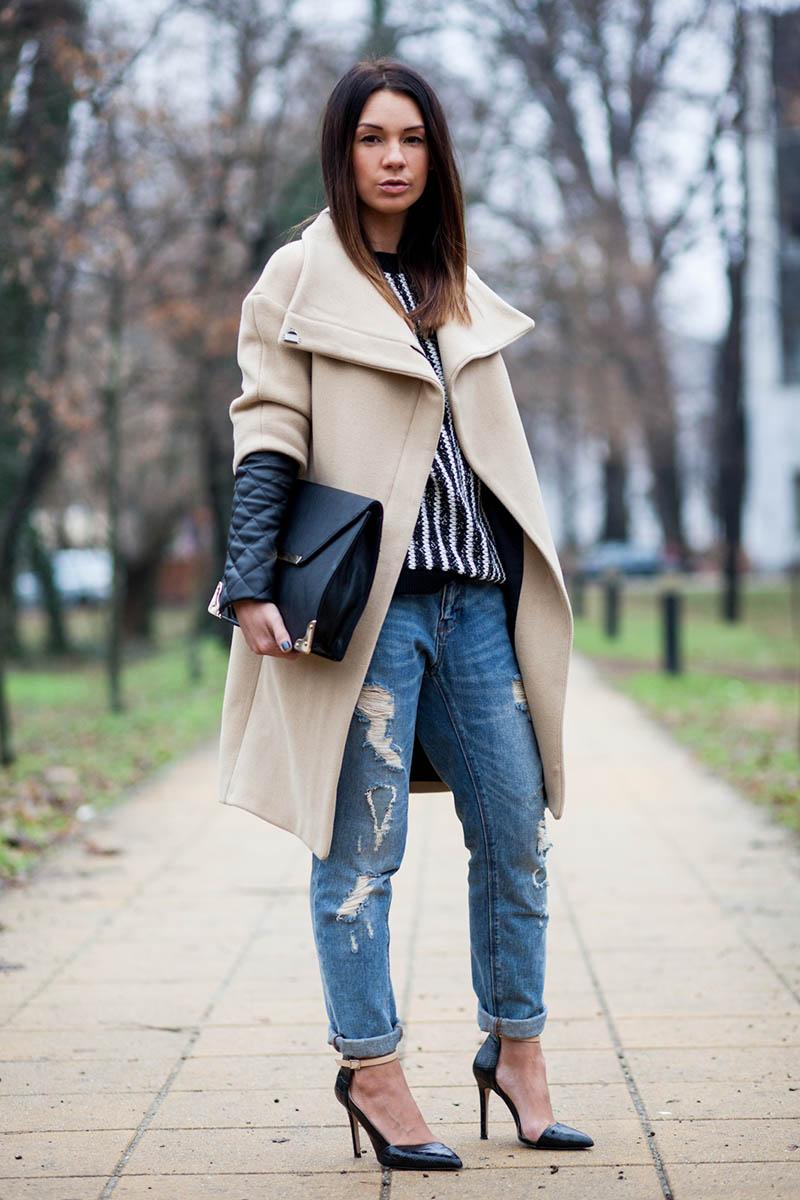 Светлое серое пальто с джинсами