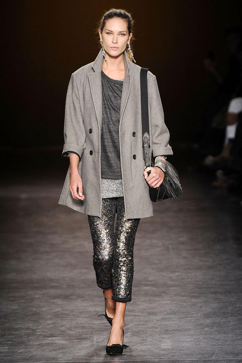 Сочетание серого пальто с серыми брюками и кофтой