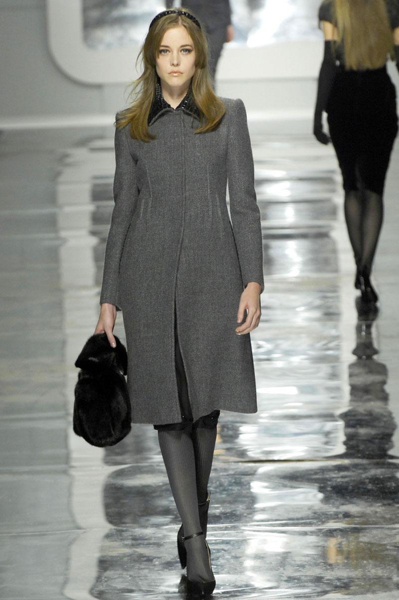 Фасон приталенного серого пальто