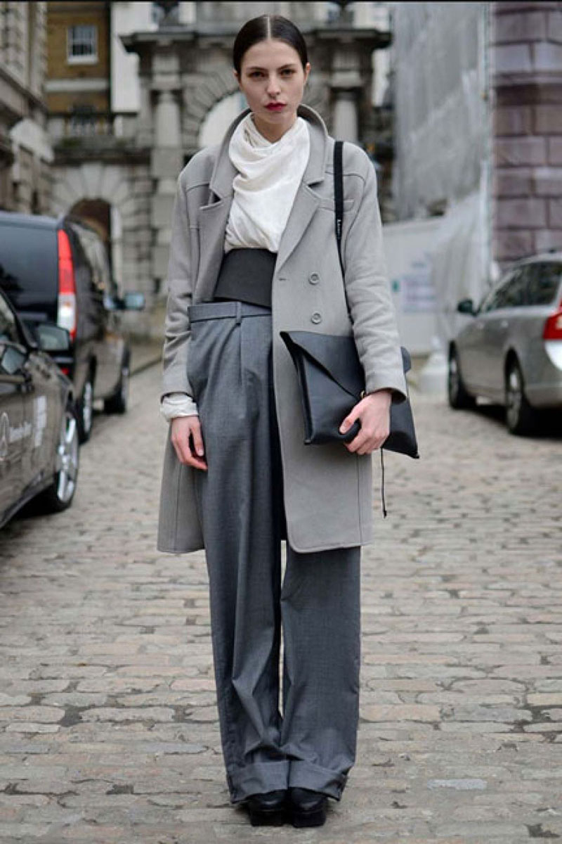 Серое пальто с длинными широкими брюками – фото новинка сезона