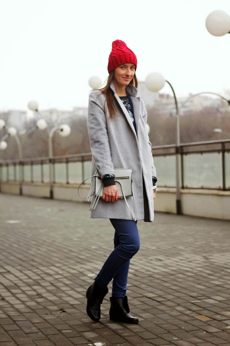 Серое пальто с красной шапкой и джинсами