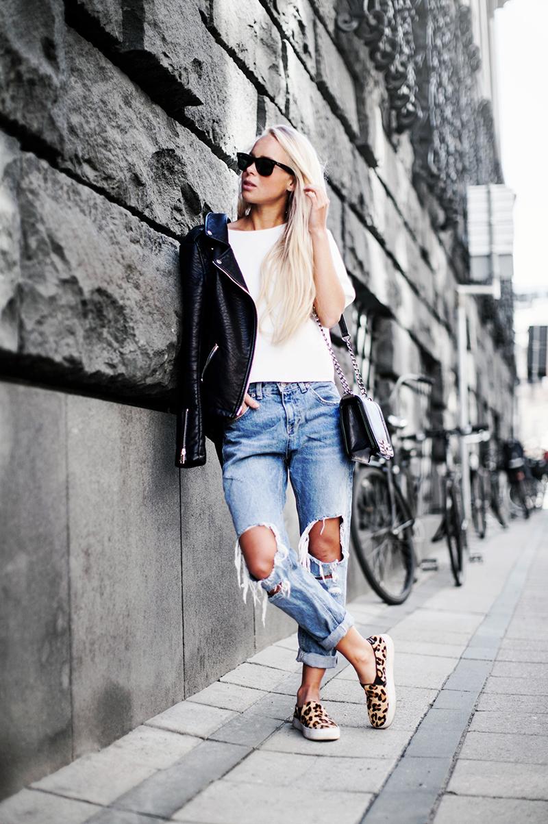 Слипоны с рваными джинсами