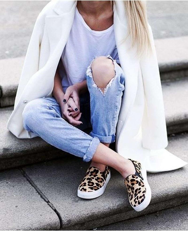 Новинка сезона: леопардовые слипоны с рваными джинсами