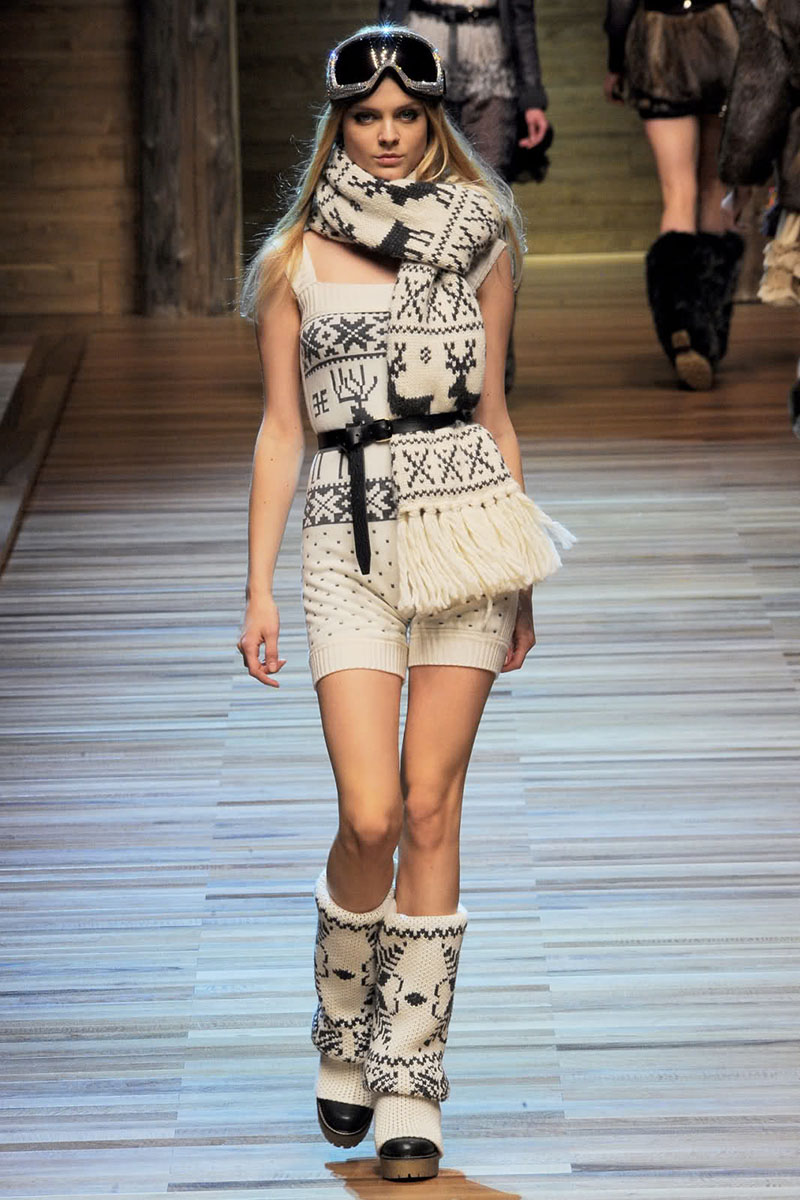 Модный свитер с оленями