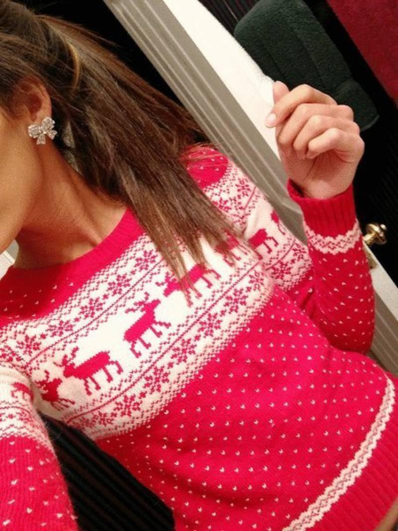 Модный розовый свитер с оленями