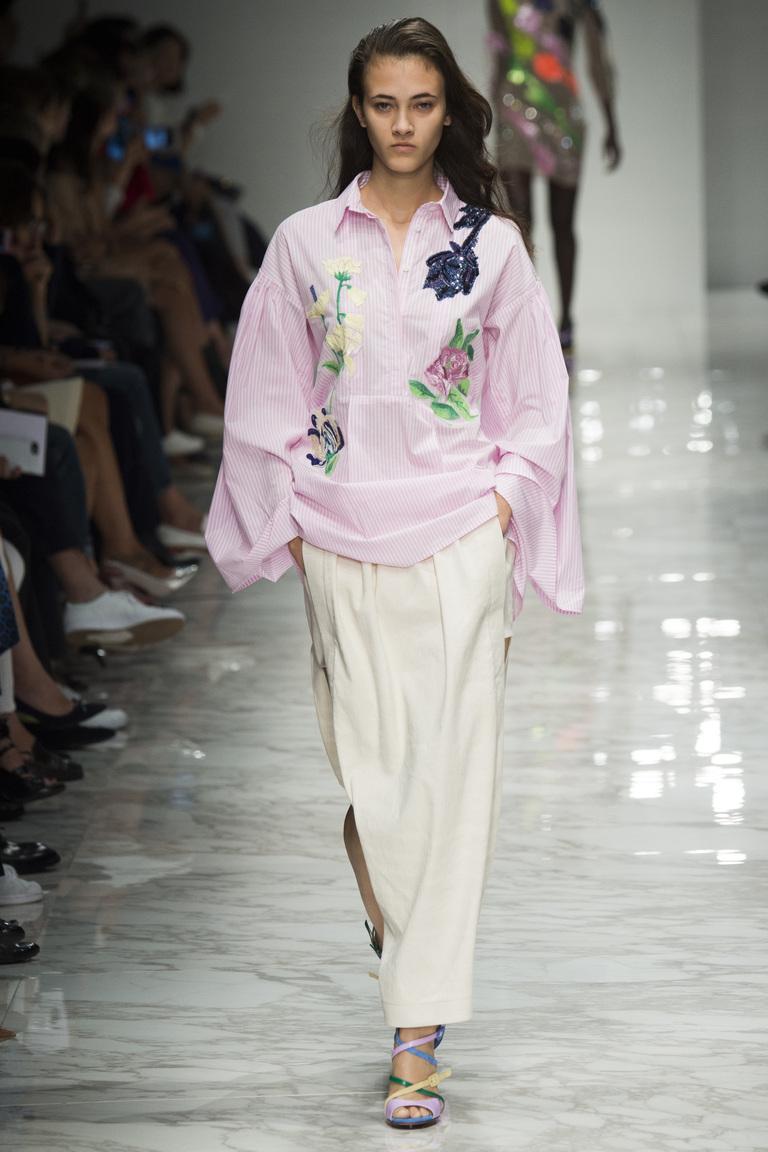 Модная блузка 2016, украшенная цветами, в коллекции Blumarine