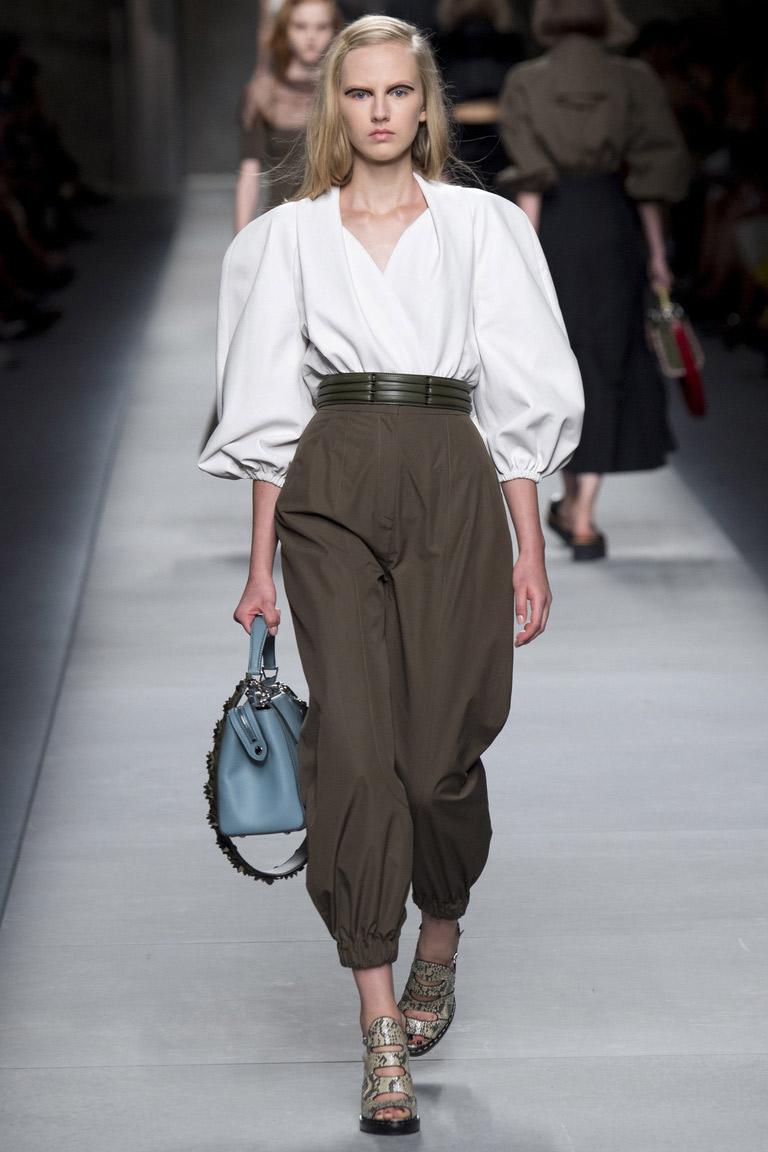 Модная блузка 2016 с пышными рукавами фонариками – фото новинки от Fendi