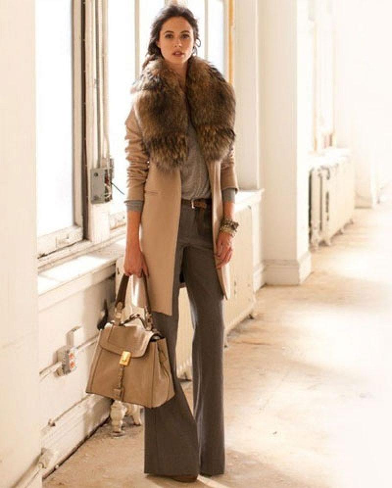 Пальто бежевого цвета с меховым воротником