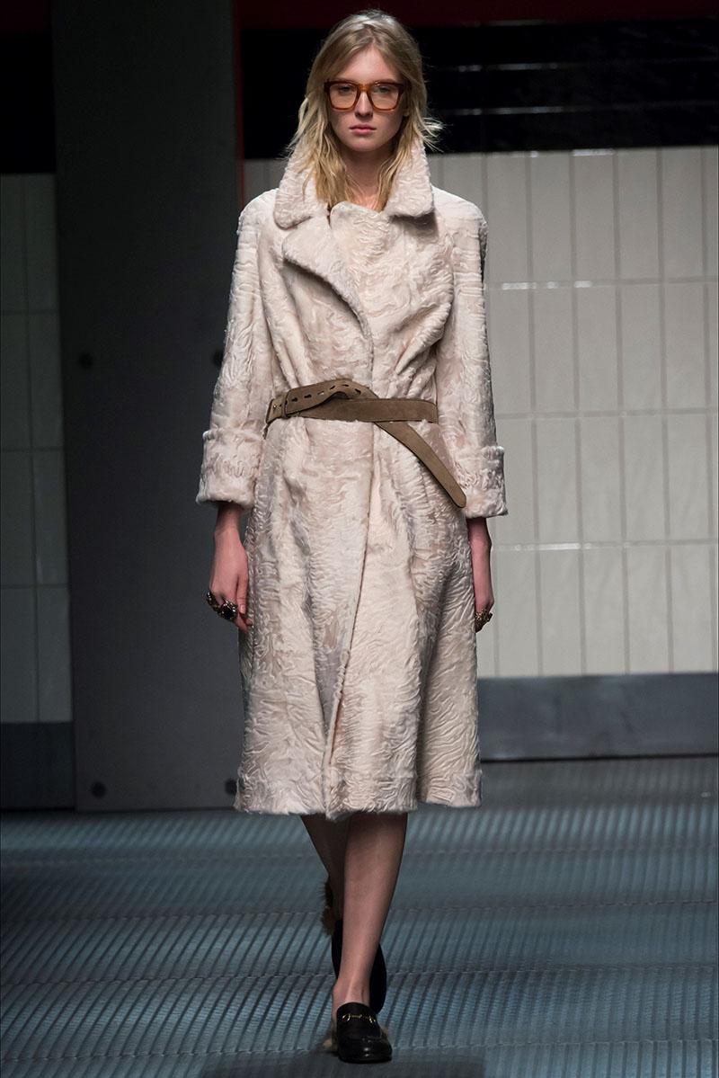 Меховое пальто  белого цвета с ремешком фото новинка сезона