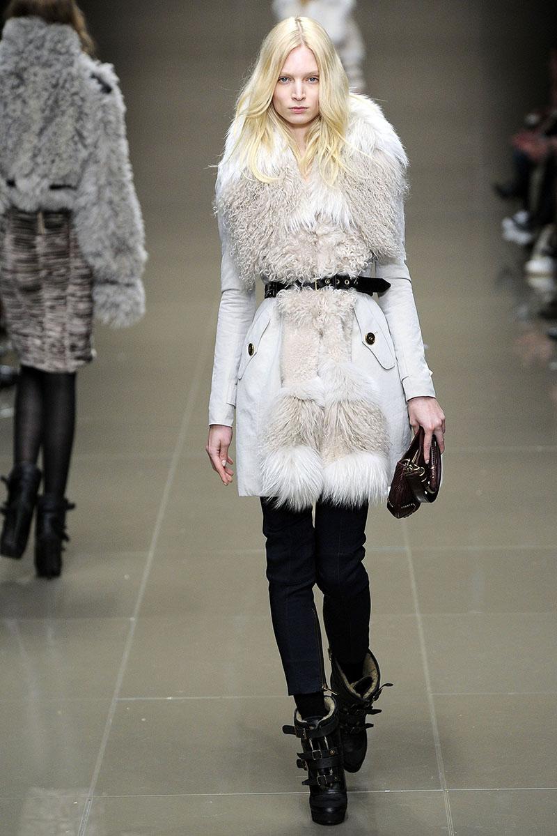 Меховое пальто  белого цвета с черным ремешком фото новинка сезона