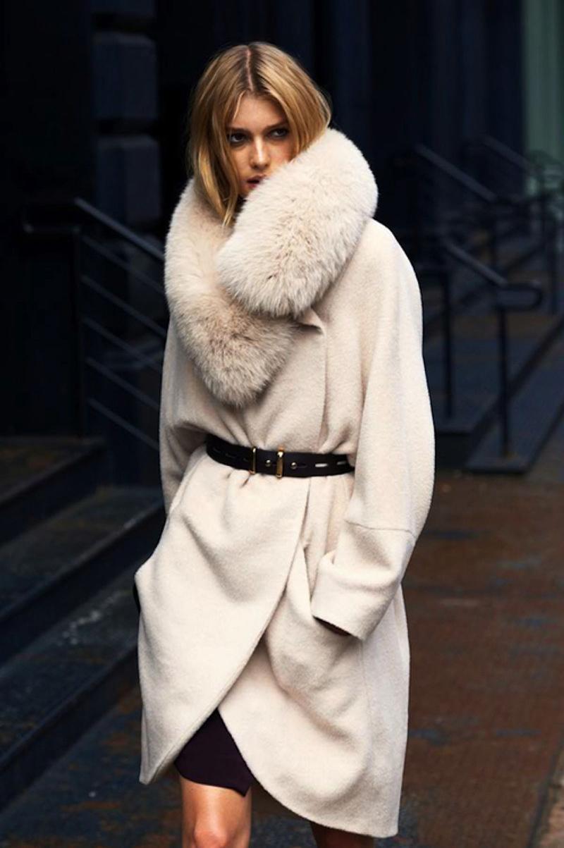 Модное белое меховое пальто фото новинки сезона