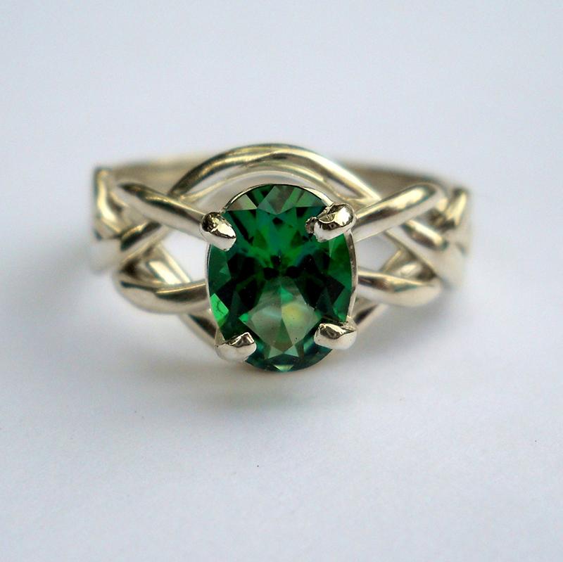 Кольцо с зеленым топазом драгоценный камень фото