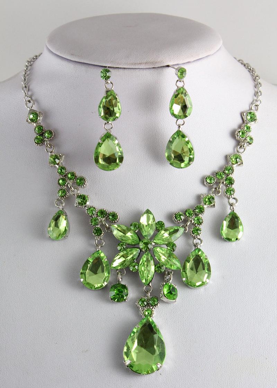 Украшение из зеленого топаза фото
