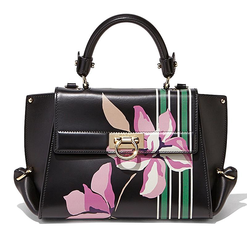 Фасон модной сумки с цветочным узором – фото новинки коллекции Salvatore Ferragamo
