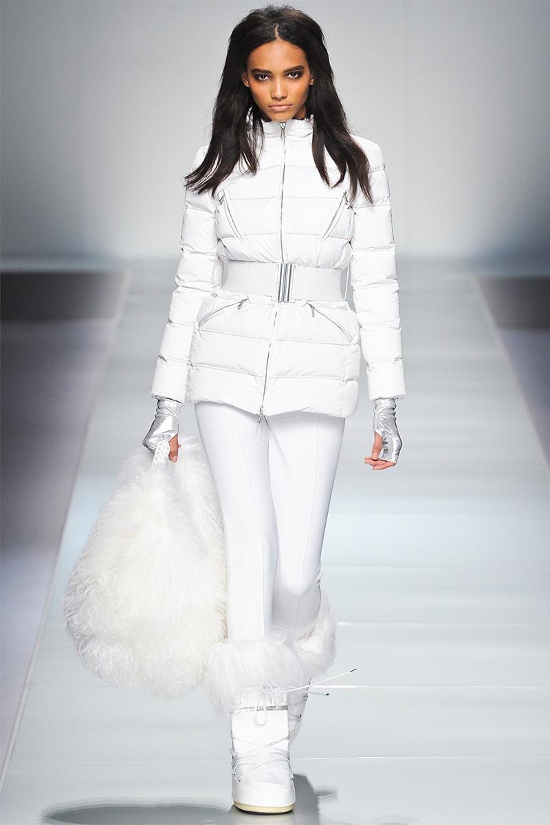 Фото модного белого женского пуховика