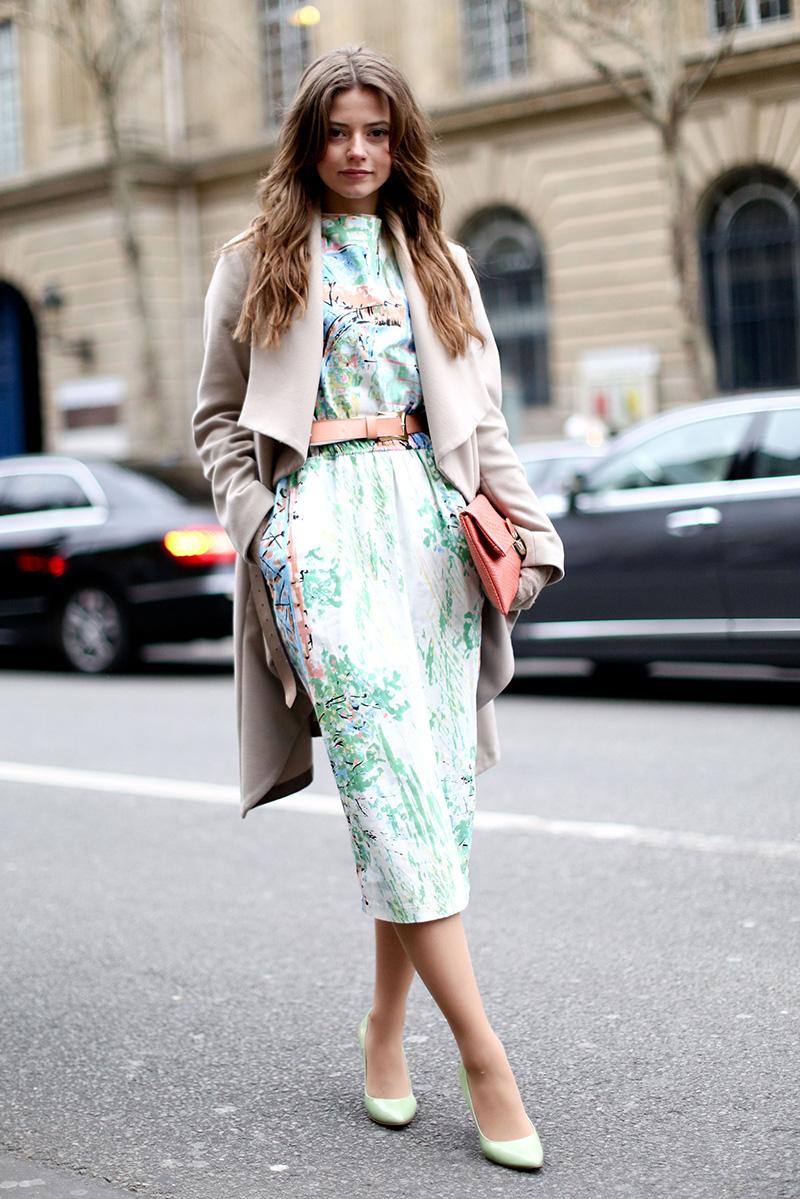 Фото – бежевое классическое пальто с платьем