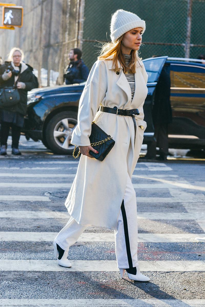 Длинный белый плащ и белые брюки с черной полоской – уличная мода 2016