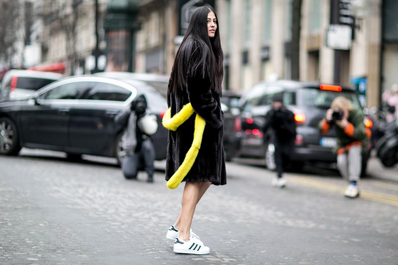 Новинка сезона: шуба с желтым ремнем и с кроссовками
