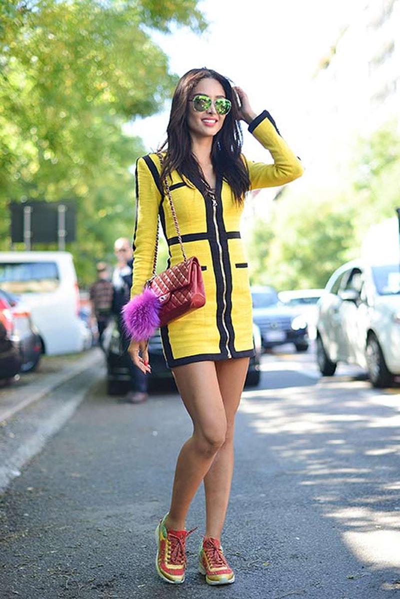 Желтое короткое платье с кроссовками - фото новинки уличной моды 2016