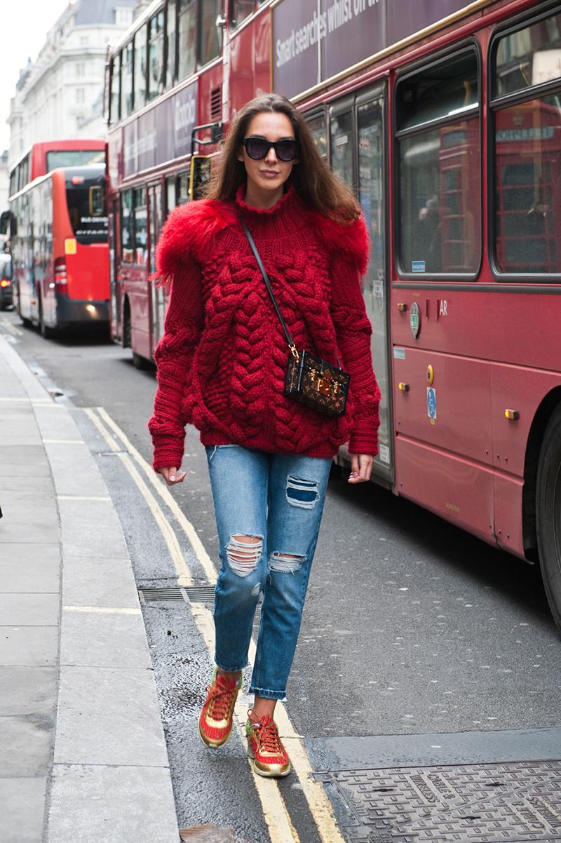 Рваные джинсы со свитером оверсайз - фото новинки уличной моды 2016