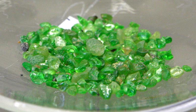 Камни зеленый гранат фото