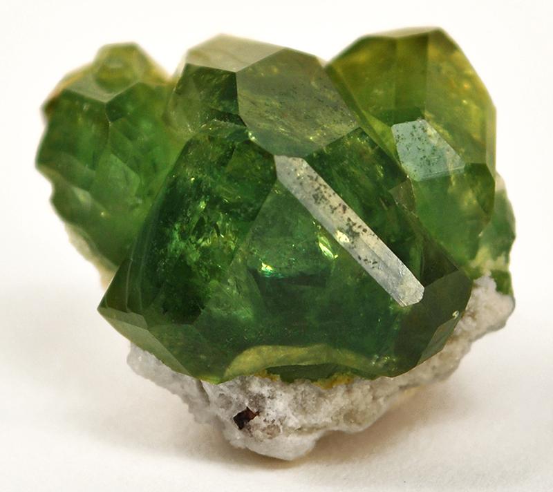 Камень зеленый гранат фото