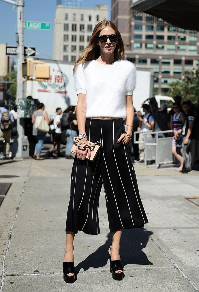 Тренды уличной моды – взгляните на модные брюки весны и лета 2016 – широкие короткие брюки в полоску. Да, здравствует, пижамный стиль.