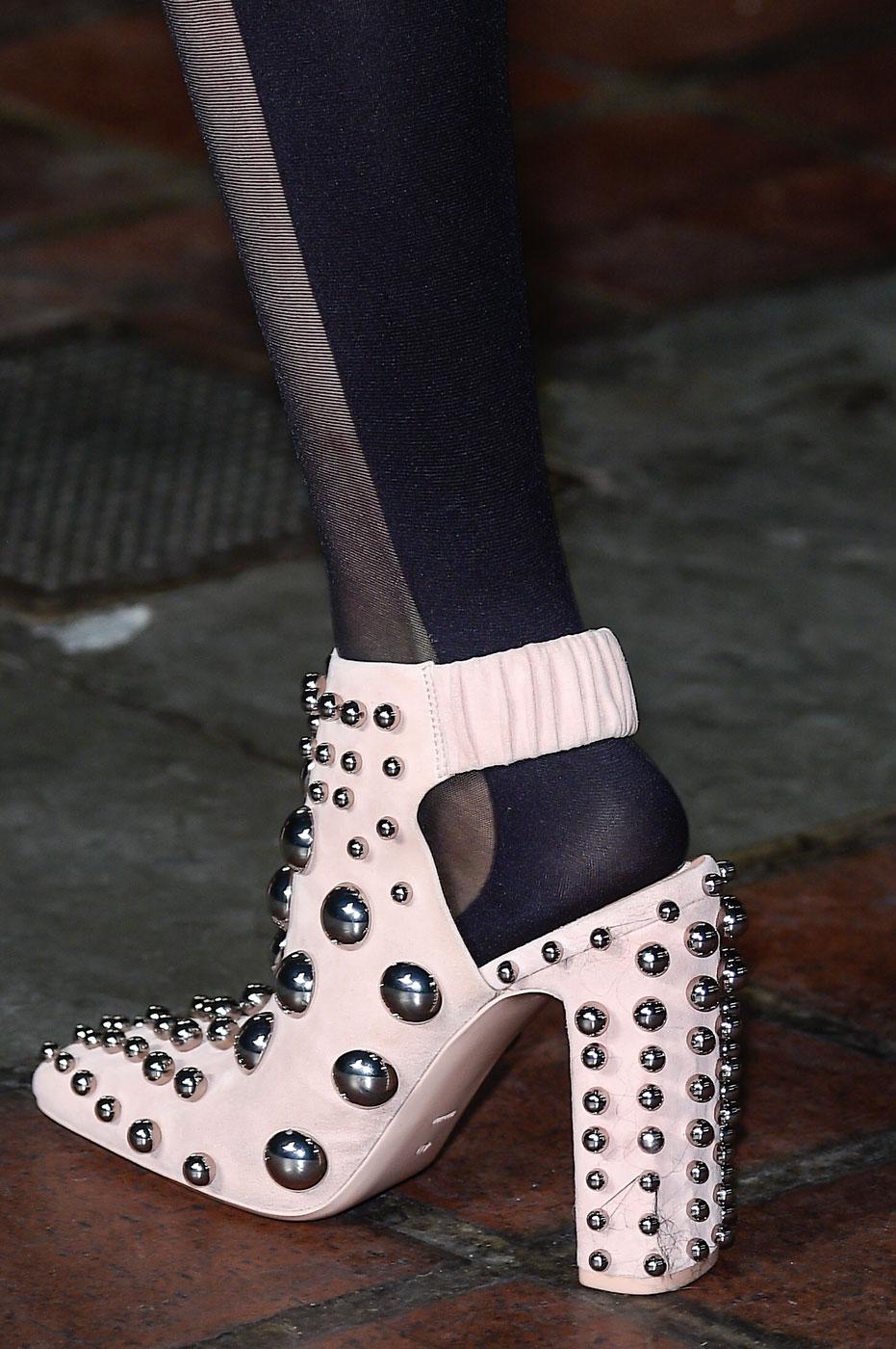 Массивные туфли с заклепками - фото новинки на неделе моды осень-зима 2016-2017 в Нью-Йорке в коллекции Alexander-Wang