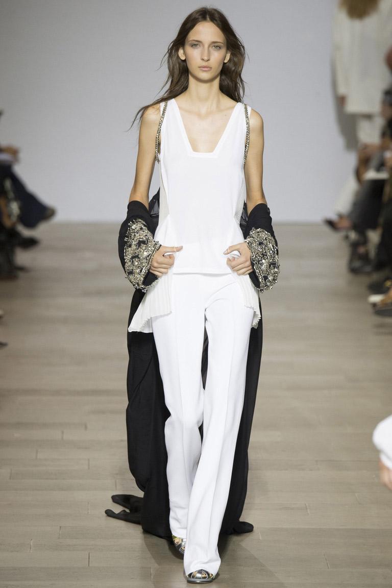 Не забываем и про классику стиля – белые брюки весны и лета 2016. Самое время носить светлую одежду. Правда, модная длина брюк в этом сезоне немного настораживает. Это либо очень длинные брюки, которые буквально протирают асфальт или наоборот, очень короткие брюки.