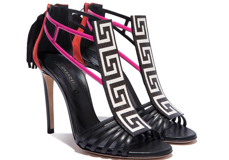 Отличительная особенность туфель Касадеи – это оригинальные узоры. Весь этот яркий декор оставляют в обуви изящность и даже нотки классики.
